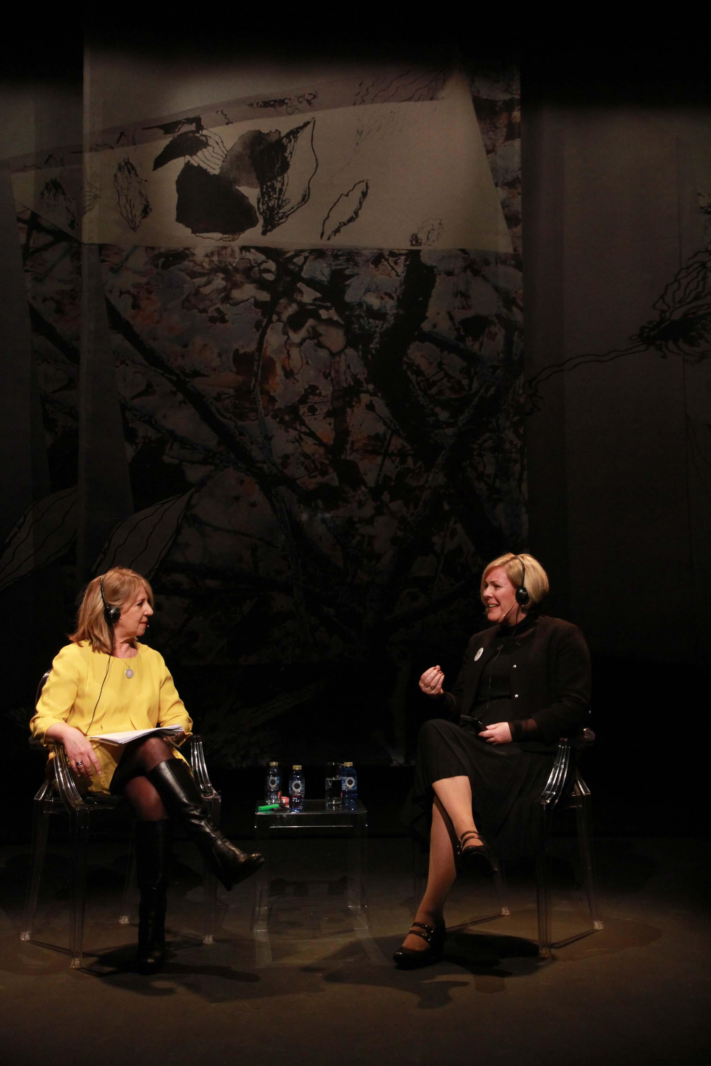 Halla Tómasdóttir y Alicia Gómez Montano, en la charla mantenida ante el público el domingo 15 de marzo en el V Encuentro Mujeres que transforman el mundo. Fotografía de Rosa Blanco