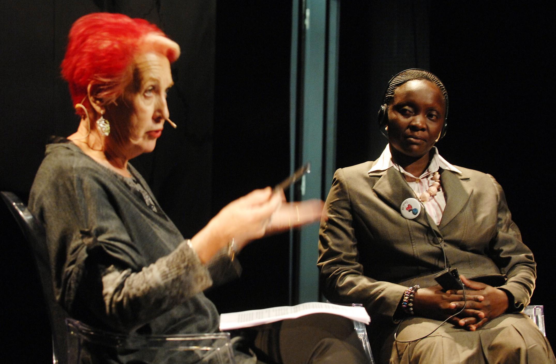 Rosa Mª Calaf y Victoria Nyanjura, durante el diálogo, un testimonio en primera persona de los horrores de la guerra en Uganda y sus víctimas, mujeres y niños, con un pasado de dolor y sufrimiento. Fotografía de Rosa Blanco