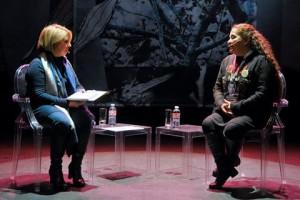 Ambas mujeres dialogando sobre el caso de los falsos positivos en Colombia