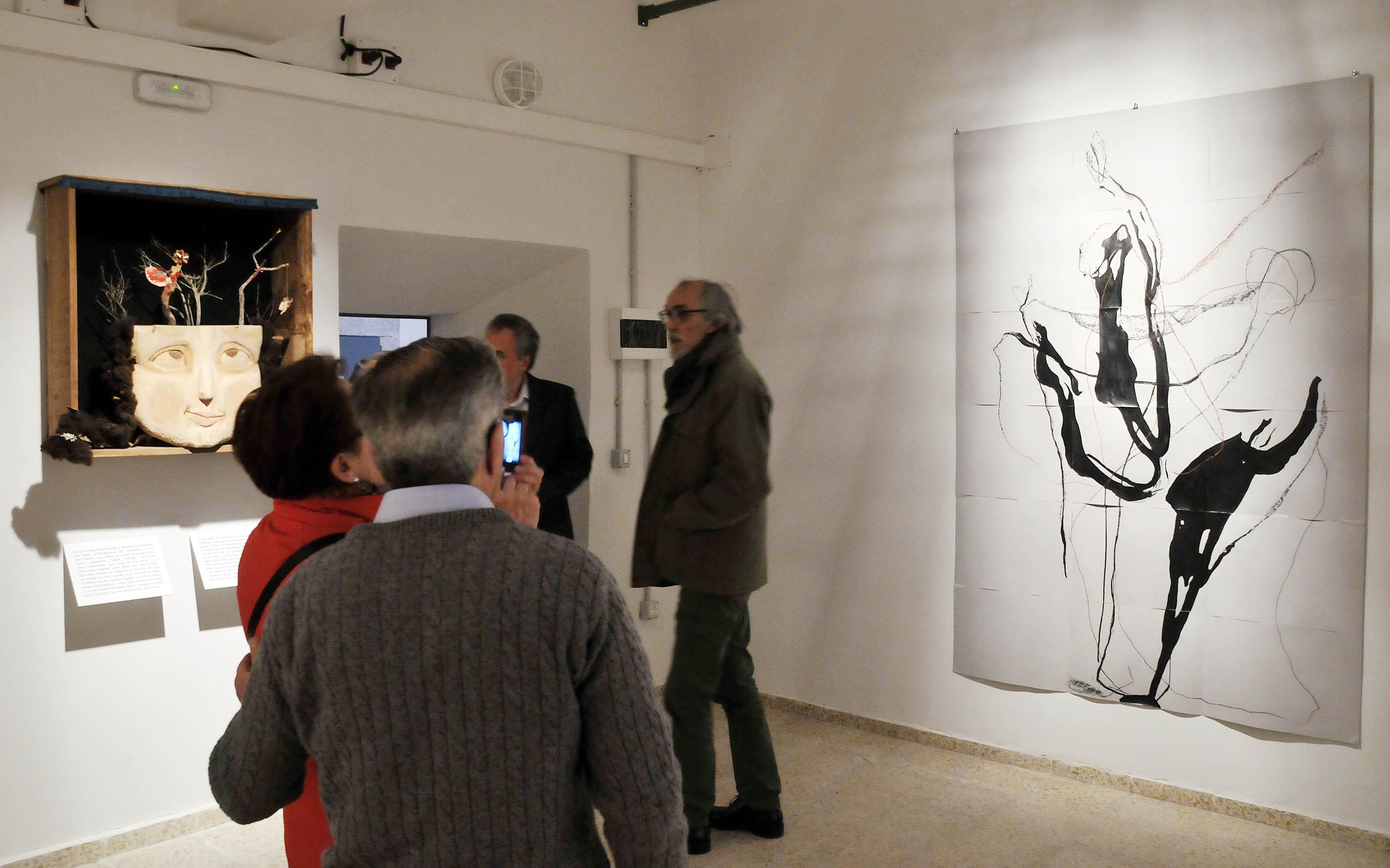 """Dos de las más de 15 obras de la exposición """"Santa Teresa, mujer"""", producida por la Concejalía de Cultura. Fotografía de Juan Martín"""