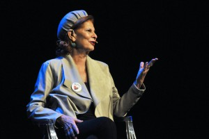 La ex ministra de Cultura Carmen Alborch explicaba al público que llenaba la sala Ex. Presa 1 la necesidad de luchar conjuntamente por lograr un avance en la consecución de la igualdad en todos los ámbitos