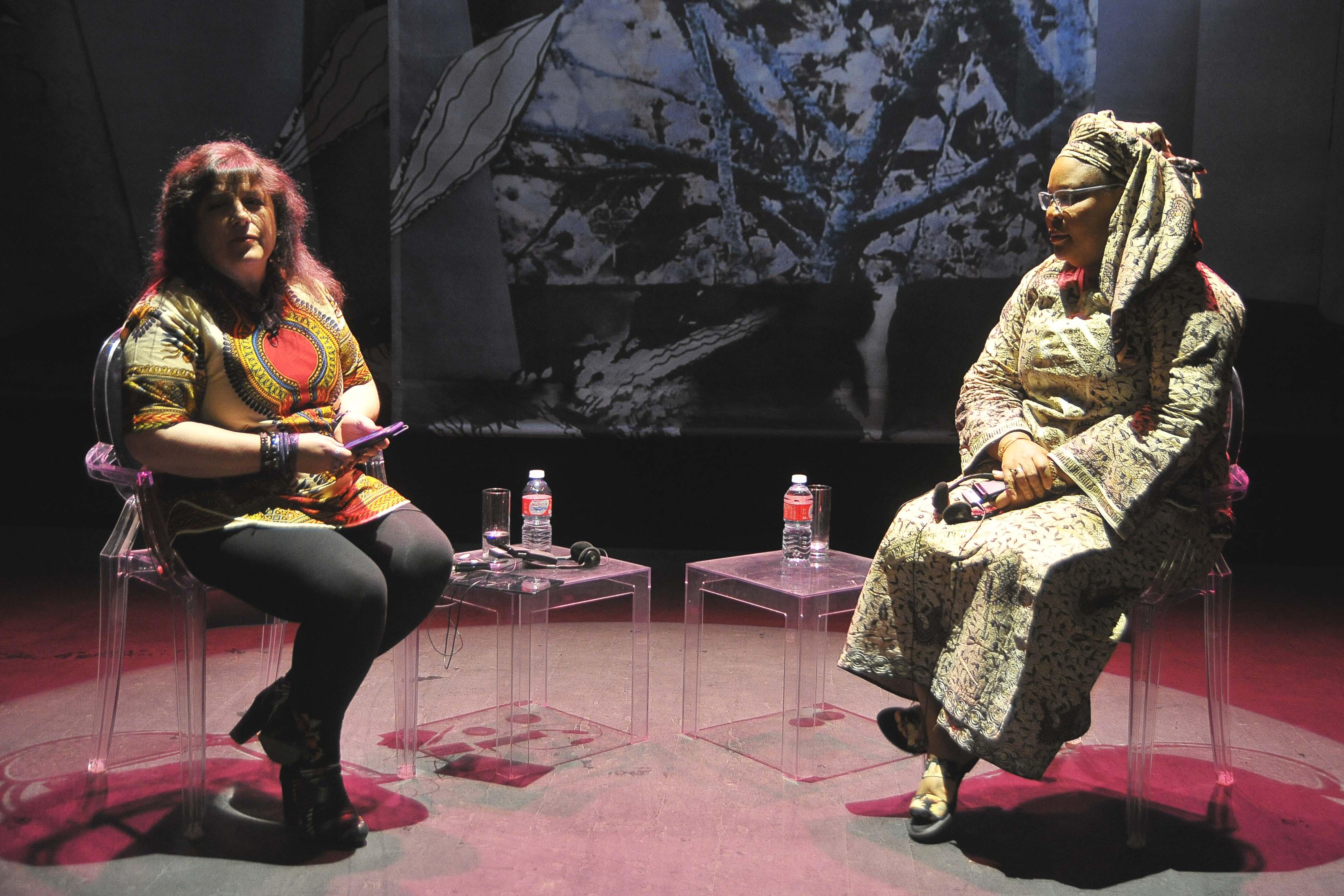 """La periodista Pilar Requena y la Premio Nobel de la Paz 2011 Leymah Gbowee durante la charla en el VII Encuentro """"Mujeres que transfroman el mundo"""" de Segovia. Fotos: Alberto Benavente"""