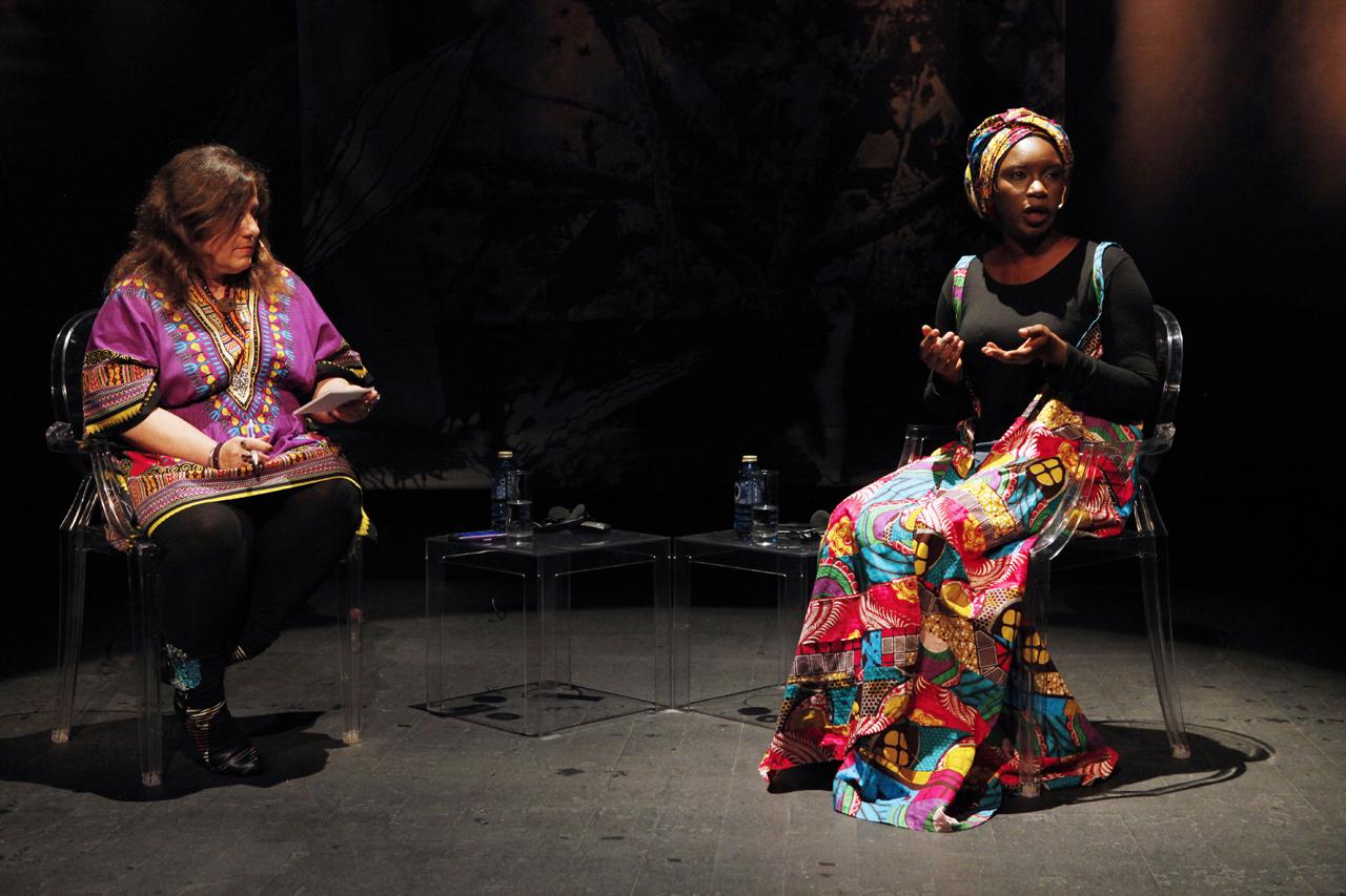 Isatou Jeng, en un momento de la charla conducida por Pilar Requena. Fotos de Fran Bernardino