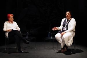 """Sam Peñalver, enla charla guiada por Rosa Mª Calaf, explica a la audiencia su trabajo en """"Born to learn"""". Fotografía de Fran Bernardino"""