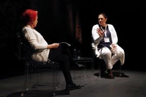 """Sam Peñalver, en la charla conducida por Rosa Mª Calaf, explica al público su trabajo en """"Born to learn"""". Fotografías de Fran Bernardino"""