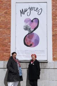 Sam Peñalver y Rosa Mª Calaf posan ante la cámara de Fran Bernardino, junto a uno de los carteles del Encuentro